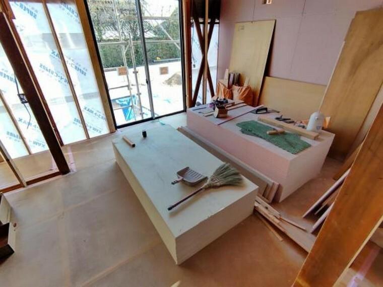 居間・リビング 【リフォーム中写真4/11撮影】LDKは和室続き間を間取り変更し、クロスやフローリングの張替えを行います。南側の掃き出し窓は新品交換予定です。3人掛けのソファやテーブルにTVラックを置いても十分な広さになります。