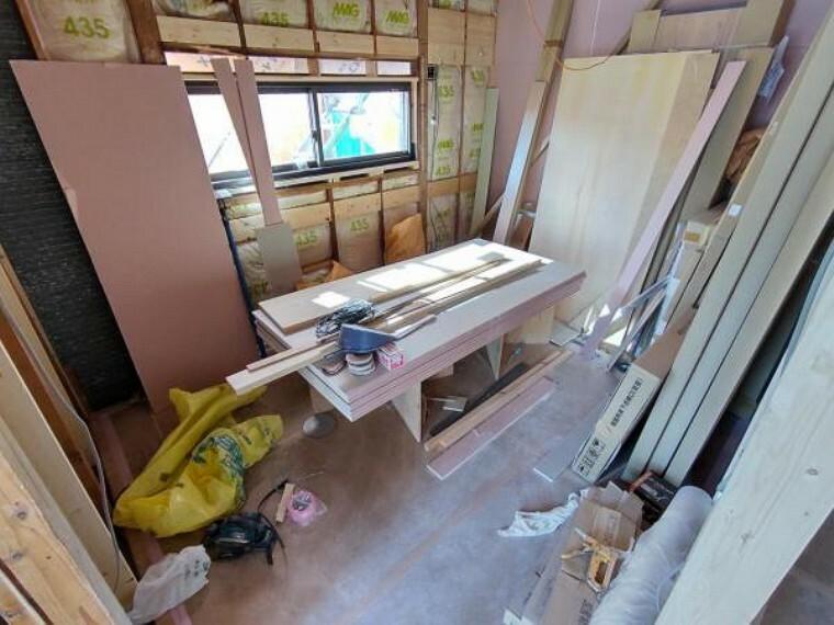 【リフォーム中写真4/11撮影】もともとのダイニングキッチンスペースは洋室へ間取り変更を行います。オープンクローゼットとしてお使いいただけるように枕棚とハンガーポールを新設予定です。壁・天井のクロス、床材の張り替えを行います。