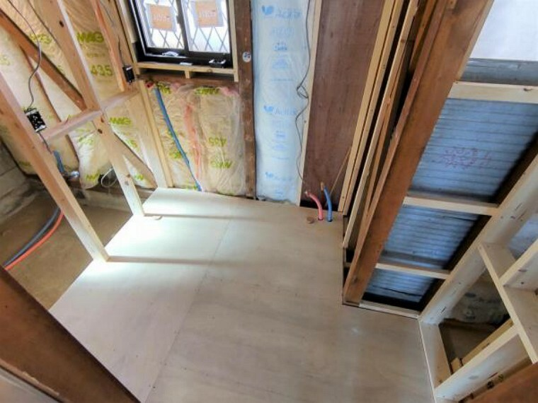 洗面化粧台 【リフォーム中写真4/11撮影】洗面化粧台は新品のものへ交換します。床材・壁のクロスを張り替えることで、清潔感のある空間になるようリフォームを行います。