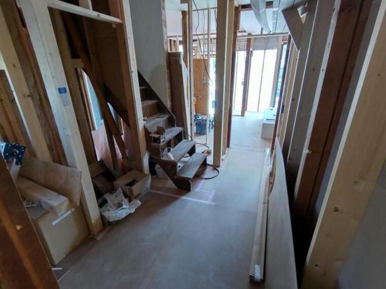 【リフォーム中写真4/11撮影】廊下は壁・天井クロスとフローリングの張替えを行います。お洒落なダウンライトを設置予定。建具は間取り変更に伴い移設します。新品交換する建具の木目とも調和し、ラグジュアリーな雰囲気を演出していきます。