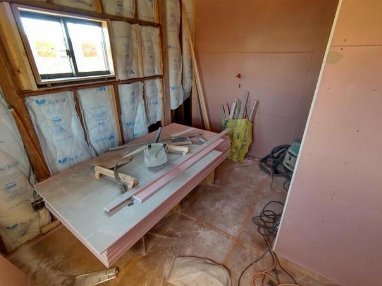【リフォーム中写真4/11撮影】2階6帖の洋室はクロスの張替えと床の張替えを行います。南で陽当たりも良く、外の空気を吸い込んでリフレッシュができます。