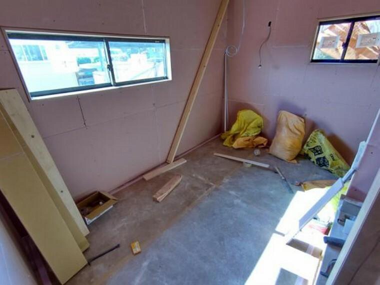 【リフォーム中写真4/11撮影】2階6畳の和室は洋室へ変更予定です。クロス、フローリングの張替えを行います。押入はクローゼットに変更し、収納スペースが十分に確保されているので、お部屋を広くお使いいただけますよ。