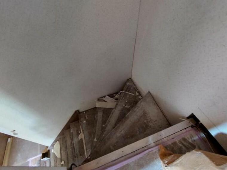 【リフォーム中写真4/11撮影】階段は照明器具の新品交換を行います。天井・壁のクロス、床材を張り替え、クロスは白基調のものに張替え、暗くなりがちな場所を明るい空間へとリフォームを行います。手すりも新設しますので、小さなお子様も安心して上り下りできます。