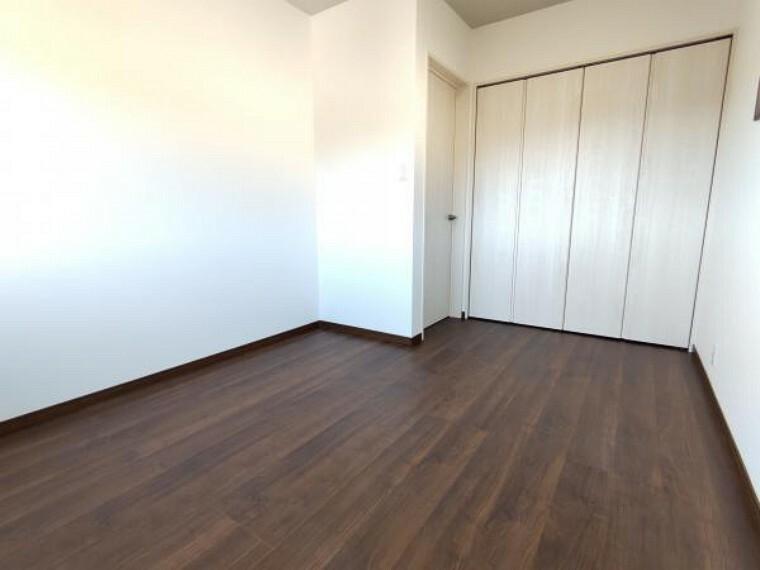 【リフォーム済】2階5.5帖の洋室です。二面の窓から採光が取れ、日当たり風通しが良いです。壁・天井はクロスを張替、床はフローリング重張を行っています。クローゼットも付いているので、お部屋を広々使えますね。