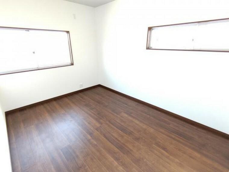 【リフォーム済】2階6帖の洋室です。壁・天井はクロスを張替、床はフローリング重張を行っています。お子様の勉強部屋としても使いやすくなりましたよ。