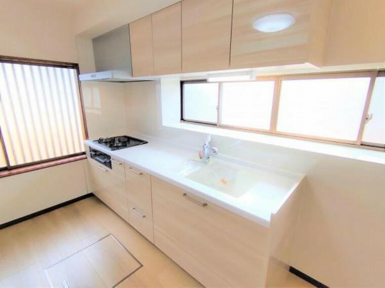 キッチン キッチンは新品に交換しました。天板は人工大理石製なので、熱に強く傷つきにくいため毎日のお手入れが簡単です。
