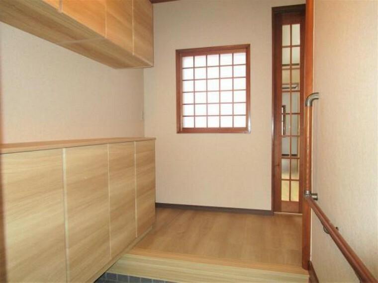1階和室です。畳表替え、照明交換等をおこないました。い草のいい香りがしますよ。