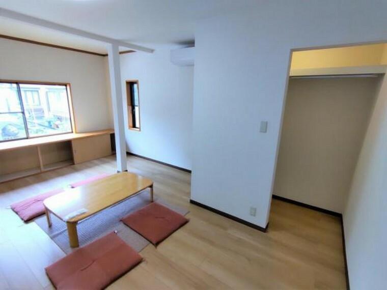 2階8帖の洋室です。フローリング上張り、クロス張替え、収納新設等のリフォームをおこないました。