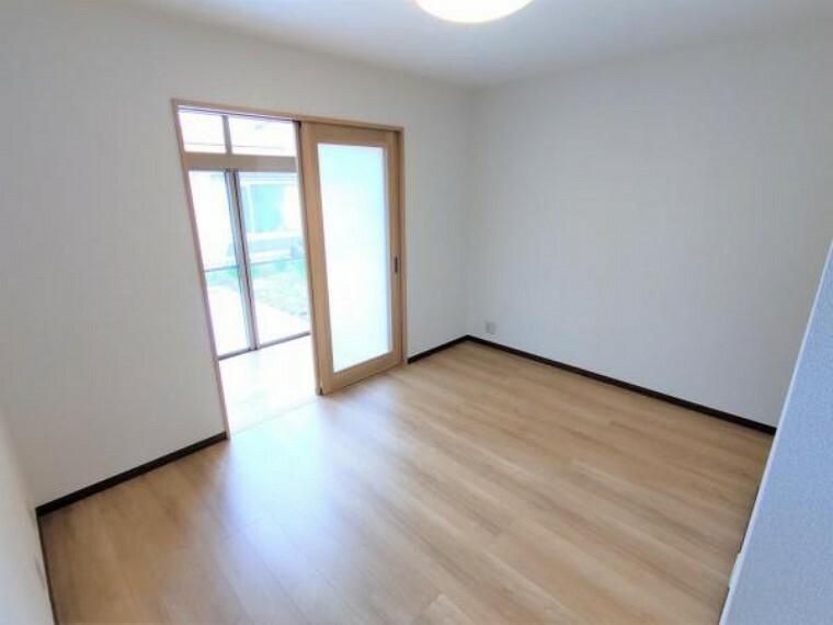 2階の洋室には棚・クロークを新設しました。