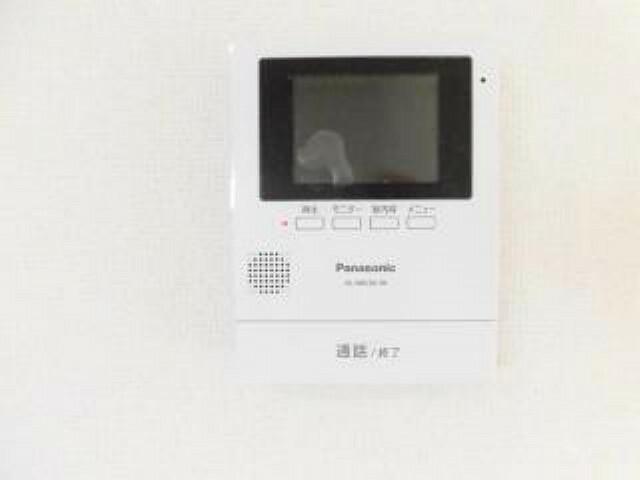 専用部・室内写真 【同仕様写真】新品のカラーテレビドアホンモニターをリビング入り口近くに新設しました。夜間でも綺麗にくっきりと映り、録画機能も付いているので不在時に訪問されたお客様でもしっかり確認ができます。