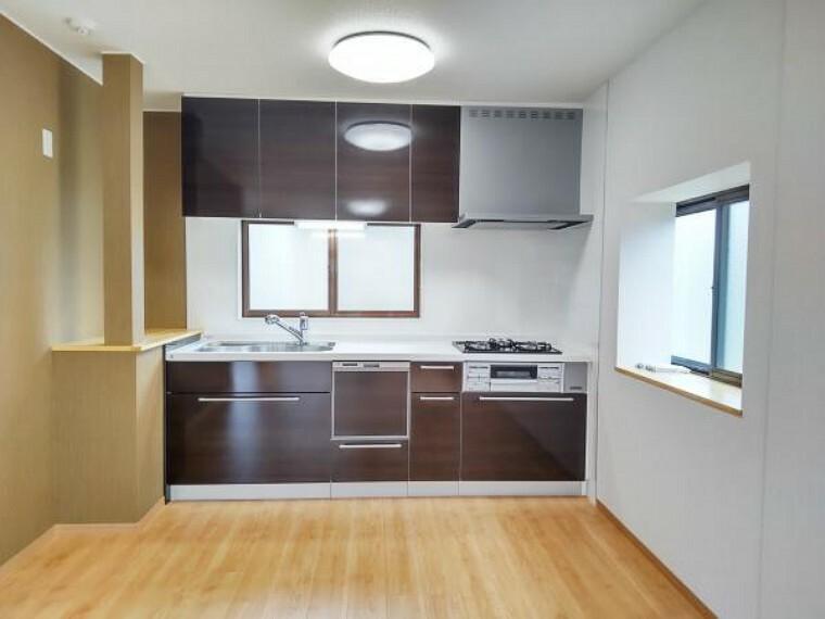 キッチン 【リフォーム済写真】キッチンはハウステック製の新品に交換しました。引出が7つの嬉しい多収納タイプ。天板は熱や傷にも強い人工大理石仕様なので、毎日のお手入れが簡単です。