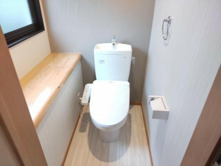 トイレ 【リフォーム済写真】トイレはTOTO製の温水洗浄機能付きに新品交換しました。表面は凹凸がないため汚れが付きにくく、継ぎ目のない形状でお手入れが簡単です。節水機能付きなのでお財布にも優しいですね。