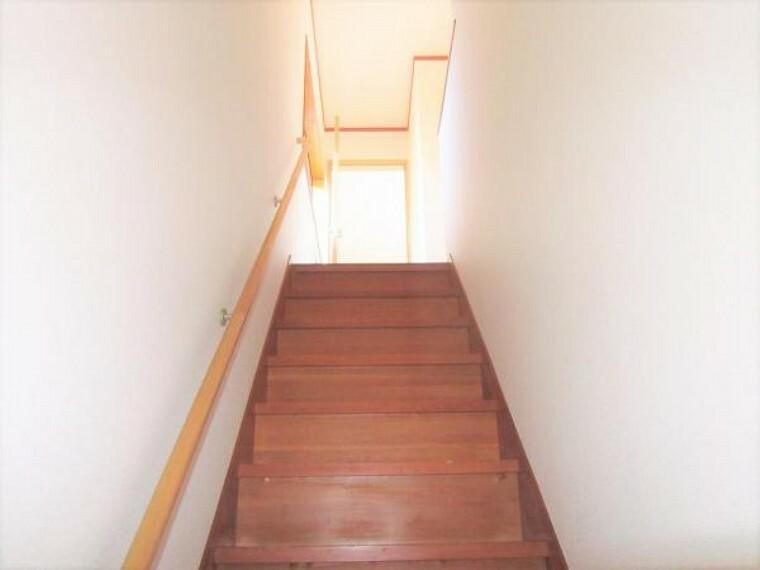 【リフォーム済写真】リフォーム済の階段写真です。床は綺麗にクリーニングし、手すりを新しいものに交換しました。