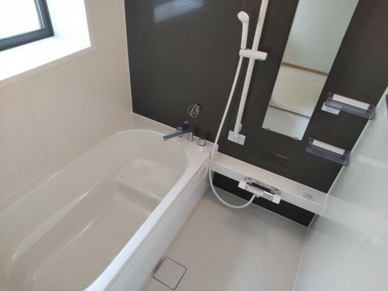 専用部・室内写真 【リフォーム済写真】浴室はハウステック製の新品のユニットバスに交換しました。足を伸ばせる1坪サイズの広々とした浴槽で、1日の疲れをゆっくり癒すことができますよ。