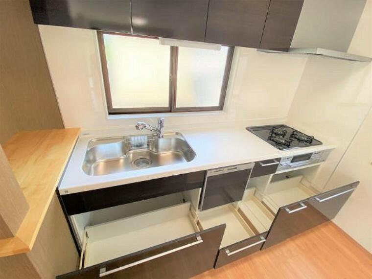 【リフォーム済写真】キッチンはハウステック製のシステムキッチンに新品交換しました。収納は引き出し式。勢いよく閉めてもそっと閉まる指づめ防止機能付きで安心です。