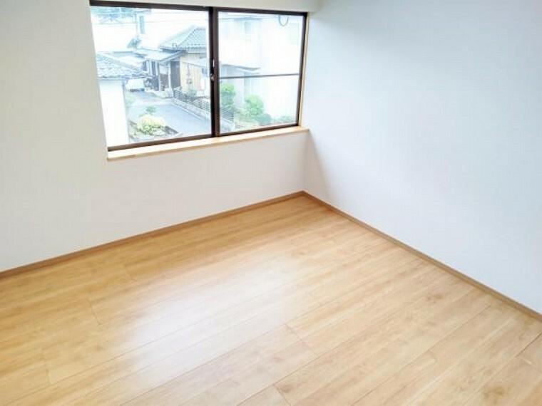 【リフォーム済写真】2階4.5畳和室の写真です。畳をフローリングに変更することで4.5帖の洋室に生まれ変わりました。収納スペースにはクローゼットを新設しました。
