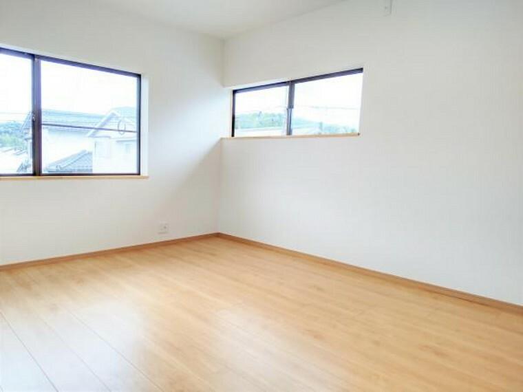 【リフォーム済写真】2階和室6畳のリフォーム済写真です。和室から洋室に変更しクロスも張替えました。お子様の一人デビューに使ってみてはいかがですか。