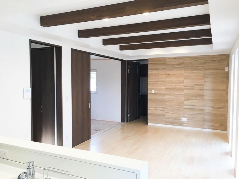 居間・リビング 1面にエコカラット貼り。折り上げ天井が印象的なリビングです。新築時写真(2019年5月撮影)