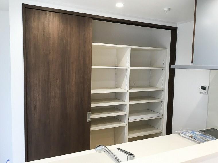 キッチン 造り付けの大容量食器棚。電子レンジ等も置くことができます。新築時写真(2019年5月撮影)