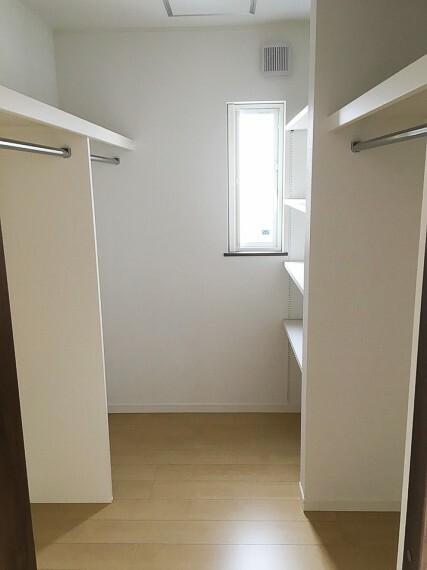 ウォークインクローゼット 主寝室にあるウォークインクローゼット。棚も造り付けられて使い勝手が良いです。新築時写真(2019年5月撮影)