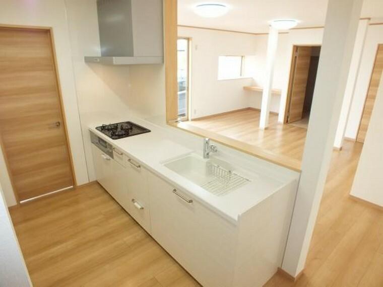 キッチン キッチンは新品に交換。天板は人工大理石製なので、熱に強く傷つきにくいため毎日のお手入れが簡単です。