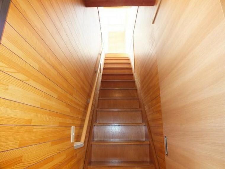 2階に続く階段です。お子様やご高齢の方に配慮して、新品の手すりを設置しました。事故の起こりやすい階段の昇降を、より安全にできるように最大限配慮しています。