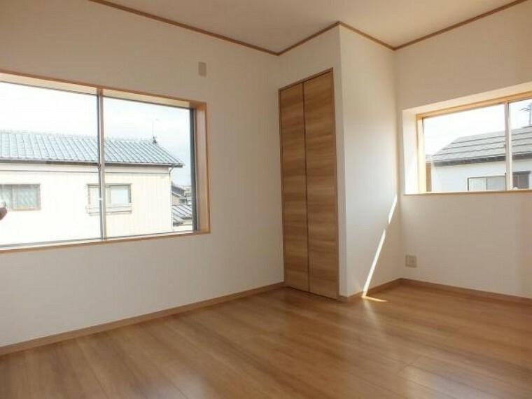 洋室 2階南側5.5帖の洋室です。床は明るい色のフローリングに張り替えました。大きな窓があるので、明るく過ごしやすい空間になっています。