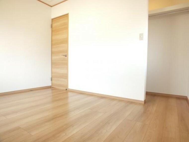 洋室 2階道路側6帖の洋室です。スタイリングクロークを設置しました。こちらも日当たりの良いお部屋なのでお子様のお部屋としても最適です。