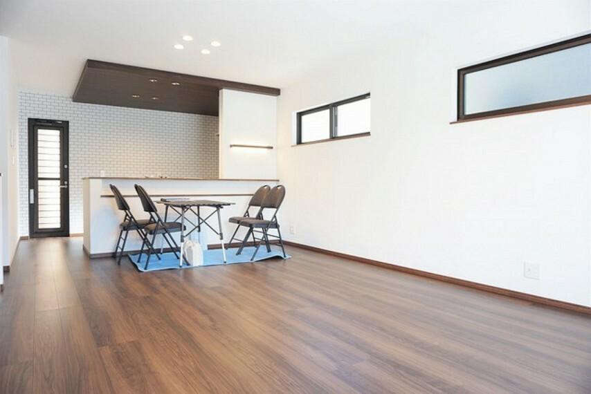 居間・リビング リビングは広々とした設計で、家族が集い、寛ぐ暮らしの空間を演出しています。将来にわたって住みやすくプランニングを重ねて設計された間取で日々の生活をしやすい導線を考えた居住空間を創り上げております^^