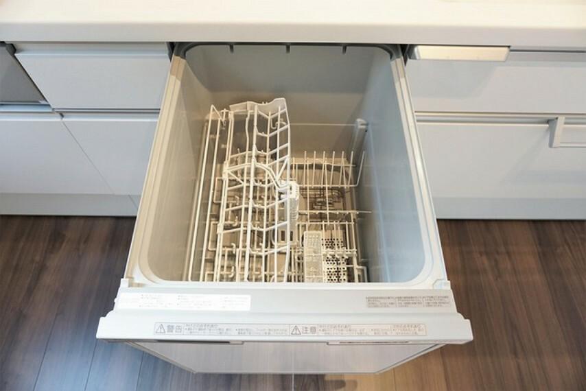 キッチン 深型タイプの食器洗い乾燥機で食器を1度できれいにできます。