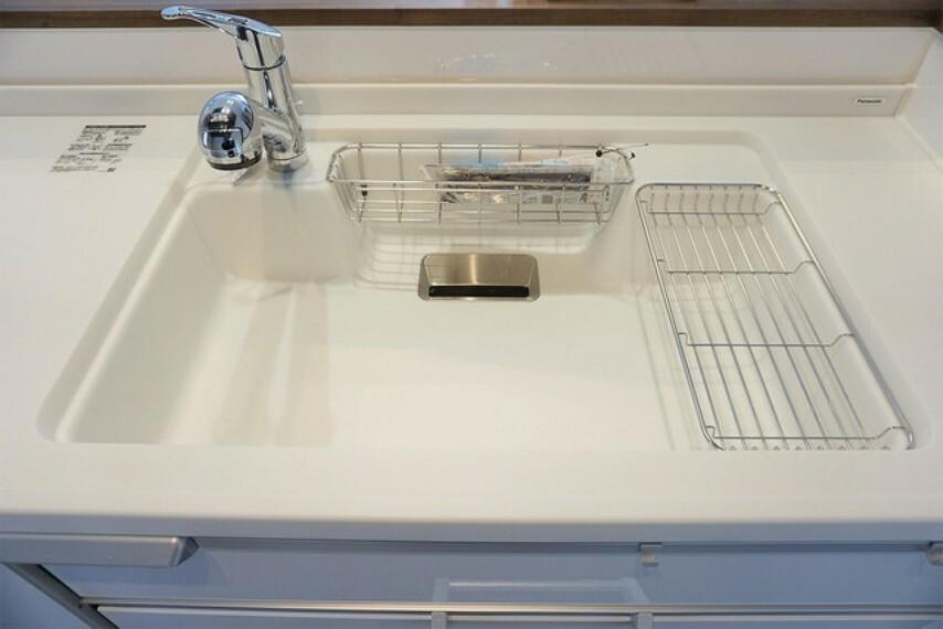 キッチン 広々とした凸型シンクに洗剤ポケットを標準装備。大きなお鍋など洗いやすいです。洗剤や石鹸、スポンジもすっきりできる収納付き。