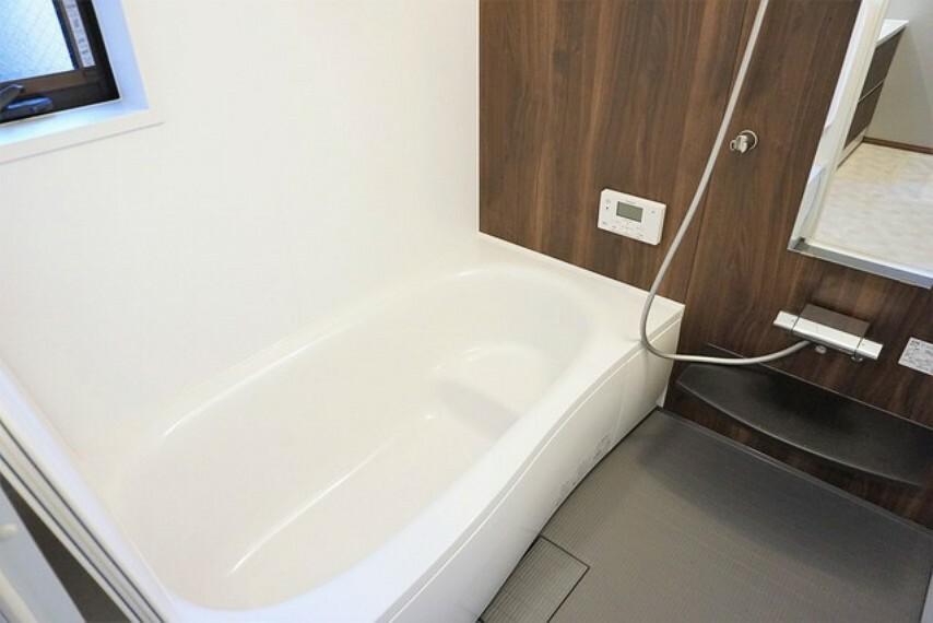 浴室 人造大理石浴槽、防汚成分でキレイが長持ち。リラックスできるバスタイムを過ごせます。 広々1坪タイプの浴槽ユニットでゆったりくつろげるバスルーム。
