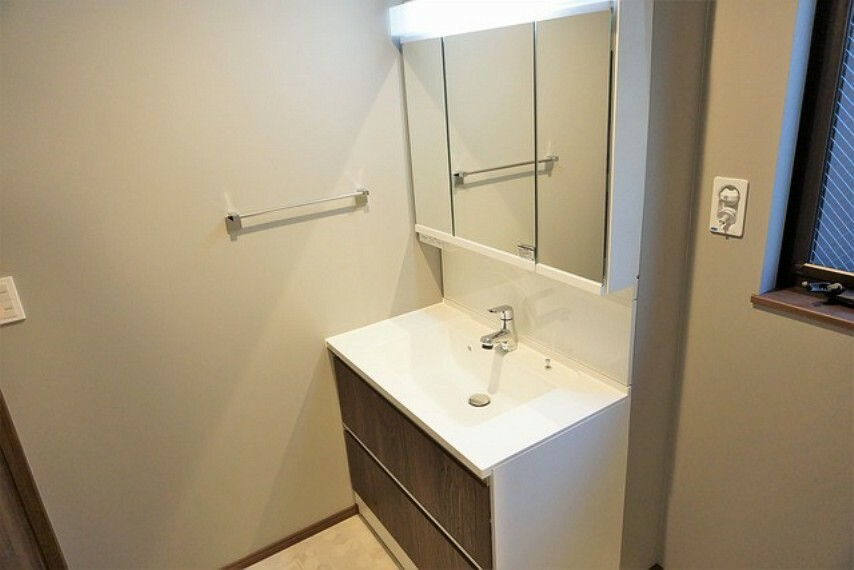 洗面化粧台 すっきり収納できる三面鏡付き洗面台。コンセントがあり大きめの家電も充電しながら収納ができます。レバーシャワーで引き出して使用できます。