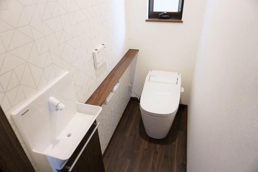 トイレ 節水・静音設計でエネルギーを効率よく使用し省エネ。汚れをガードする構造でサッと一拭き、お手入れが簡単。手洗い付き。1階2階の2ヶ所にトイレがあるので、忙しい朝にもゆとりができますね。