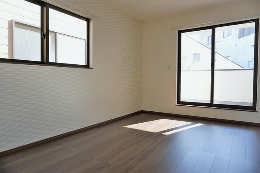 寝室 全居室にはたっぷり収納できるクローゼットを設置しています。窓には断熱性・保温性にすぐれ、省エネ効果のあるペアガラスを採用。冬には結露を防止します。