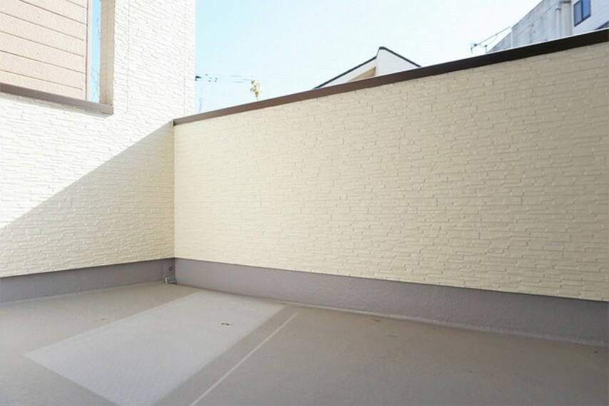 バルコニー 幅広のインナーバルコニーは洗濯物を守りやすく、眩しすぎる日差しも和らげます。南向きバルコニーでお洗濯物も良く乾きます^^