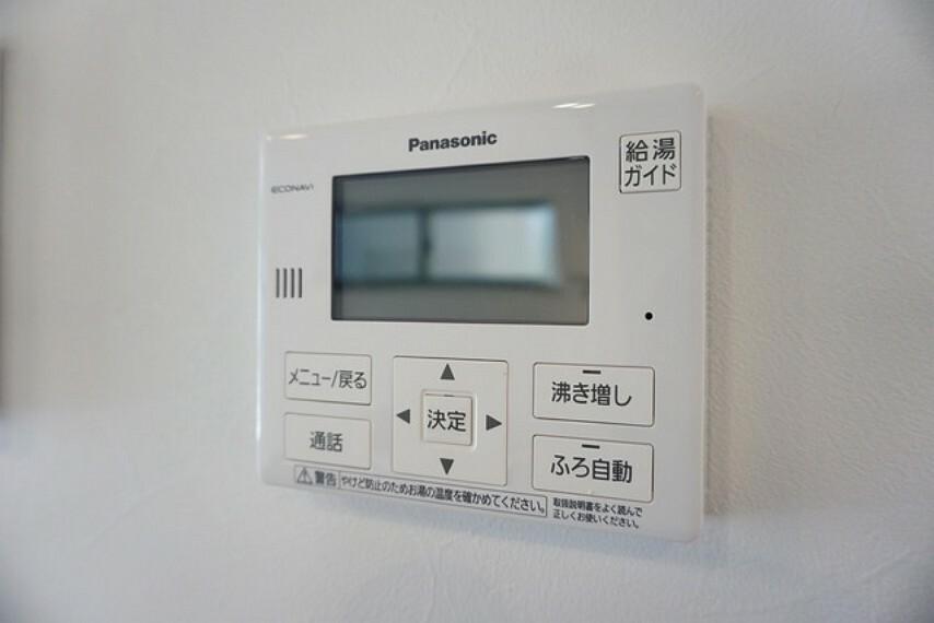 給湯器リモコンはキッチン横からボタンひとつで操作が楽々。通話ボタン付きでお子様とも会話ができて安心です。