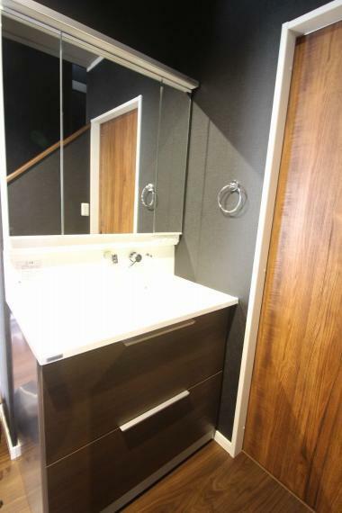 洗面化粧台 トイレ横の洗面台です。玄関は言ってすぐなので帰宅後すぐに手洗いができるのはうれしいですね!