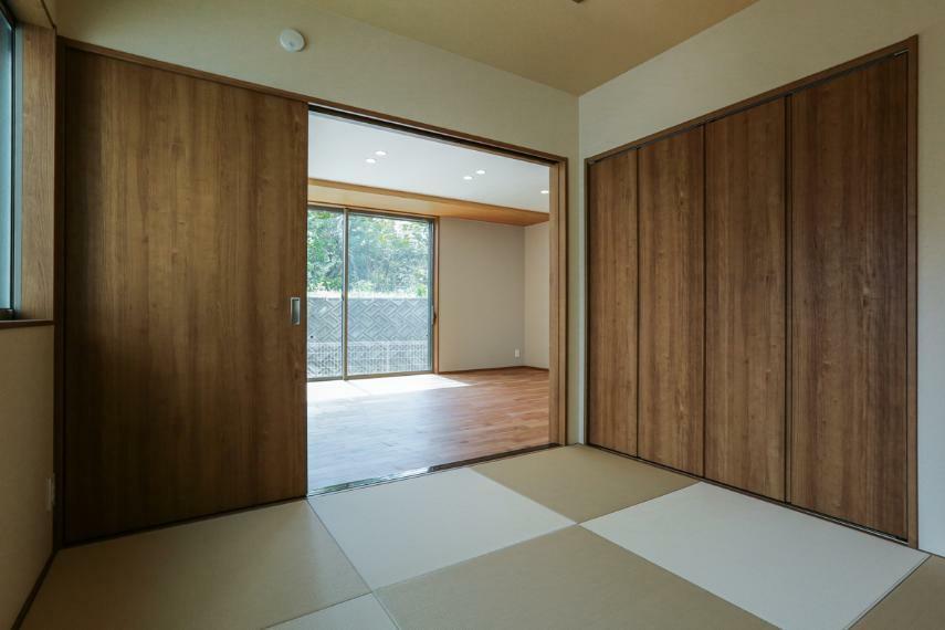 和室 ホールとリビングから出入りできる和室は、普段使いにも来客用にも便利です。(2号棟)