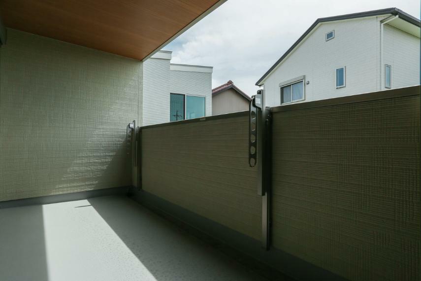 バルコニー 屋根があるのでイスやテーブルを置いてくつろぎスペースとしても利用可能なインナーバルコニー。(2号棟)