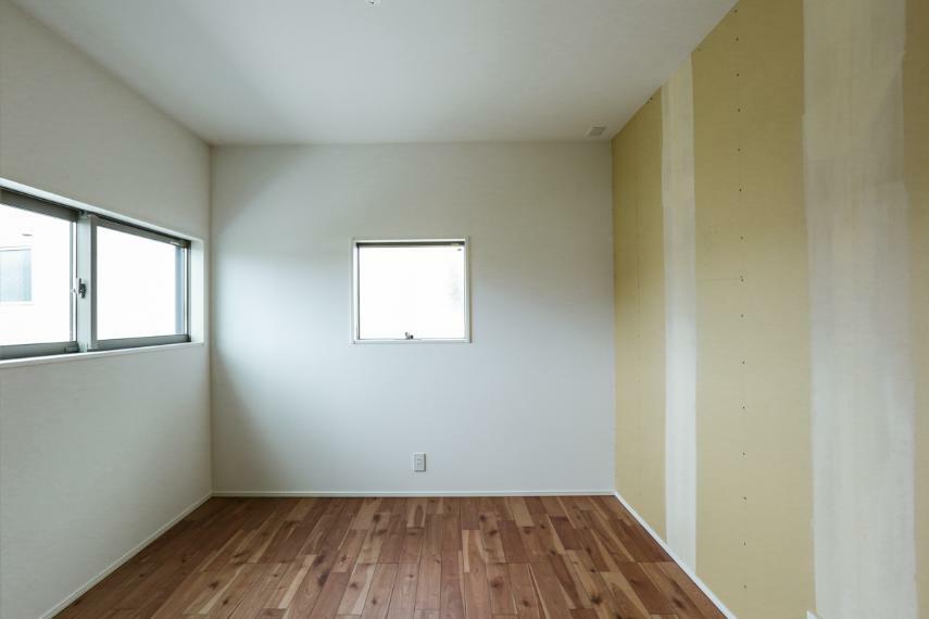 洋室 2階は全室2面採光で日当たり・風通し良好です。(クロス未施工・お好きなクロスをお選び頂けます)(2号棟)