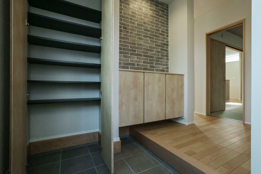 玄関 土間収納は季節ものの靴やアウトドア用品などを、すぐ出し入れでき便利です。(5号棟)