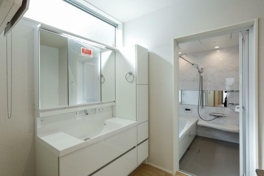 洗面化粧台 キッチンの近くに配置した洗面室。家事動線がスムーズな間取りです。(5号棟)