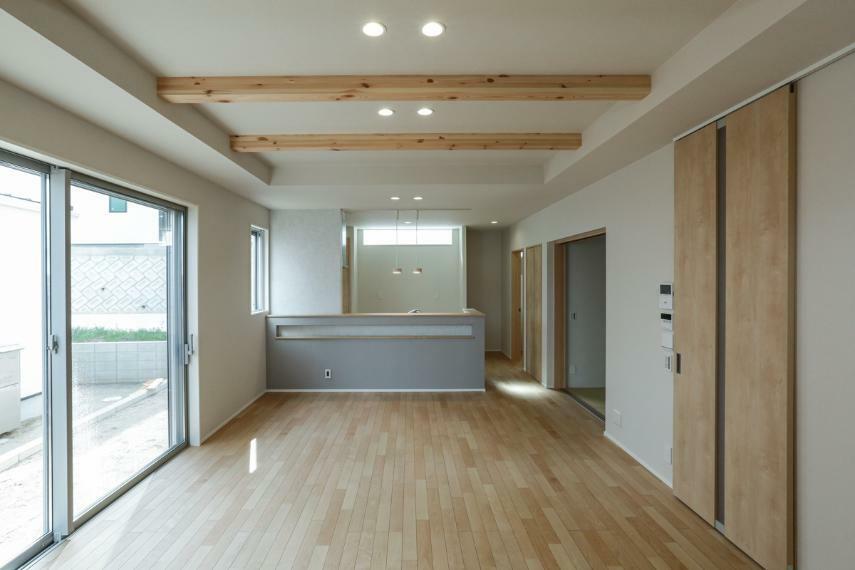 リビングダイニング 梁見せ天井や壁面のアクセントクロスにより、木のぬくもり・デザイン性を演出したリビング空間。(5号棟)