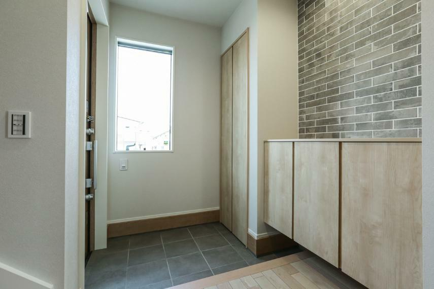 玄関 家族やお客様を気持ちよく迎える、明るい玄関。タイル貼りがおしゃれな空間を演出しています。(5号棟)
