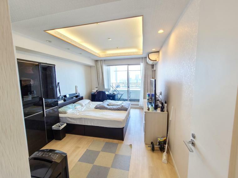 寝室 主寝室9帖の大きなベッドも置ける空間。ウォークインクロゼット付きで間接照明が疲れを寛ぎに癒してくれます。