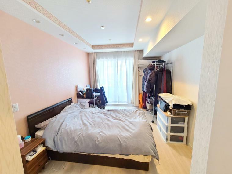 洋室 8帖の洋室空間。ベッド2台にデスクや家具も置ける空間です。