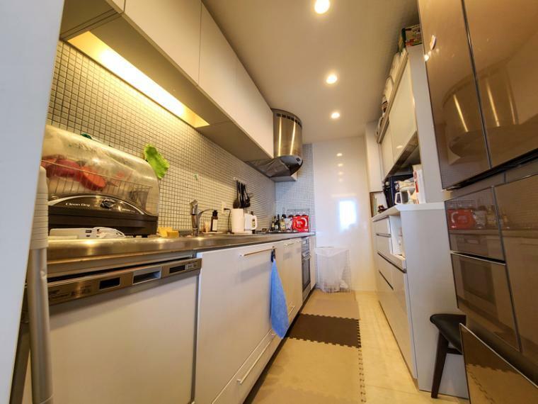 キッチン 約4.3帖のワイドなシステムキッチン。ワイドなクックトップにディスポーザー付き、独立型キッチンなので来賓が有っても安心して料理できるスペースです。