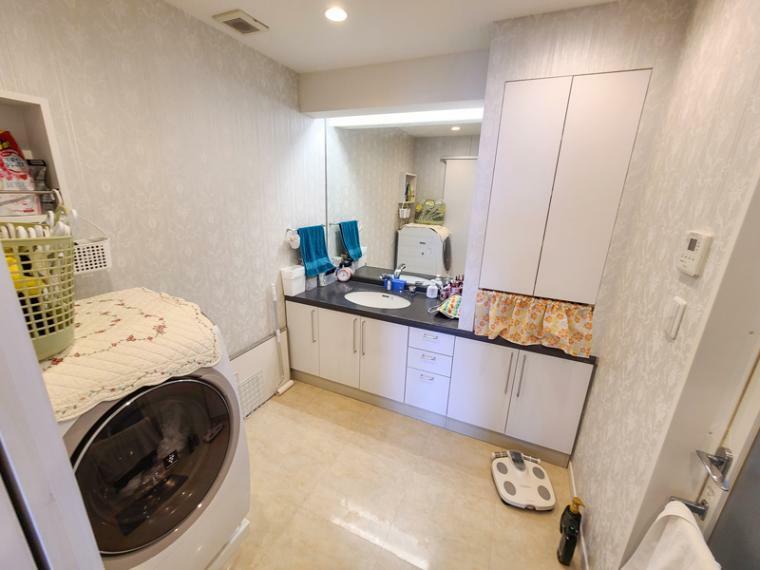 洗面化粧台 約4帖のゆったり洗面脱衣室。お湯上りもホッとできる寛ぎの空間も有ります。化粧品や小物収納も豊富に収納できます。