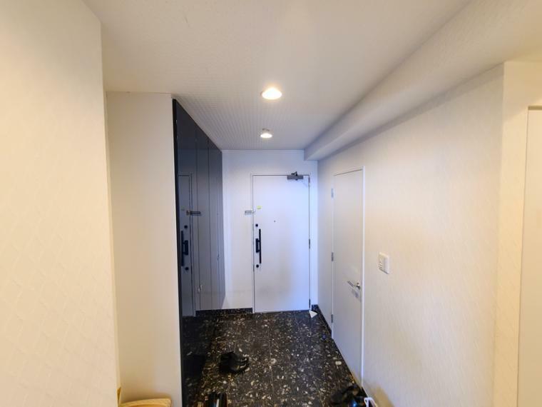 玄関 シューズインクロークイン付きゆったり玄関スペース。トールタイプの下足収納や人造大理石貼りで帰宅時に安らぎを与えてくれます。